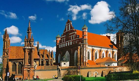 На территории Литвы находятся множество исторических памятников. По территории государства буквально разбросаны в различных направлениях Древние католические монастыри, храмы, крепости, старинные музеи.