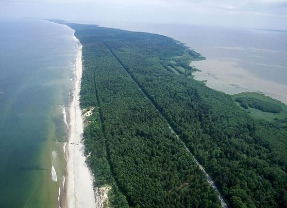 Общая территория страны составляет 65000 квадратных километров. В общей сложности на данной территории проживает почти четыре миллиона человек. Основной язык государства – Литовский.