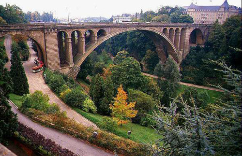 Люксембург – это один их финансовых центров Европы. С момента входа в ЕС в Люксембурге обращается валюта ЕС (евро). Центральным банком является Национальный банк Бельгии.