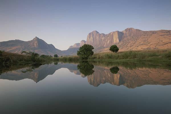 ). Общая площадь государства составляет ориентировочно  587 040 квадратных километров. Главные реки: Бетси-бока, Мангоки, Онилахи.  Самое крупное озеро – Алаотра.  Мозамбикский пролив отделяет главный остров Мадагаскар от Африки, в него же впадает большая часть рек страны.