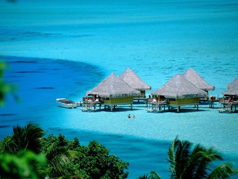 Подводная возвышенность, на которой покоятся коралловые острова архипелага, имеет вулканическое происхождение. На атолле Адду находится наивысшая точка архипелага, достигающая 2,4 м.
