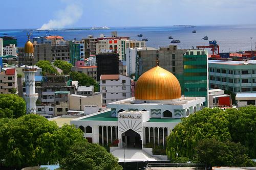 Численность населения страны превышает 379 тысяч. На 1 кв. км ее площади приходится более тысячи человек.
