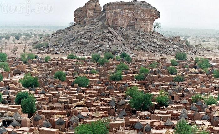 Мали – государство с многомиллионным населением. Коренные африканские народы, а это более 20 этнических групп, составляют около 90% населения. На долю туарегов, арабов и мавров, ведущих кочевой образ жизни, приходится лишь 5%. Европейцев еще меньше – около 1%, преимущественно это французы.