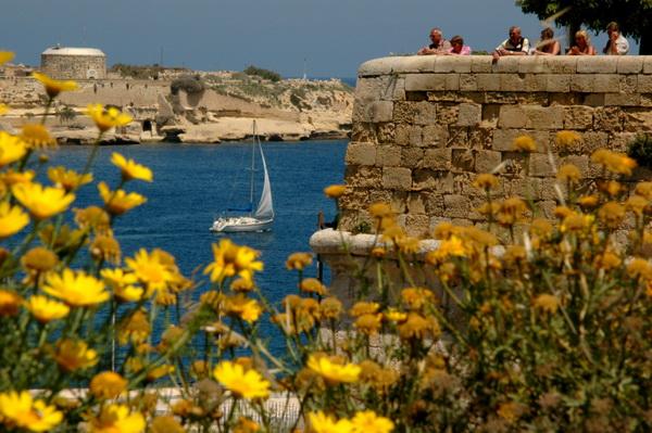 Мальта располагается в непосредственной близости от главных торговых маршрутов Средиземноморья, что коренным образом повлияло на ход ее истории, богатой на войны и вторжения извне. Первые постройки и поселения относятся к 3800 году до н.э., а, начиная с 800 года до н.э.,  Мальта попадает под власть финикийцев, которая продлилась долгих 200 лет.