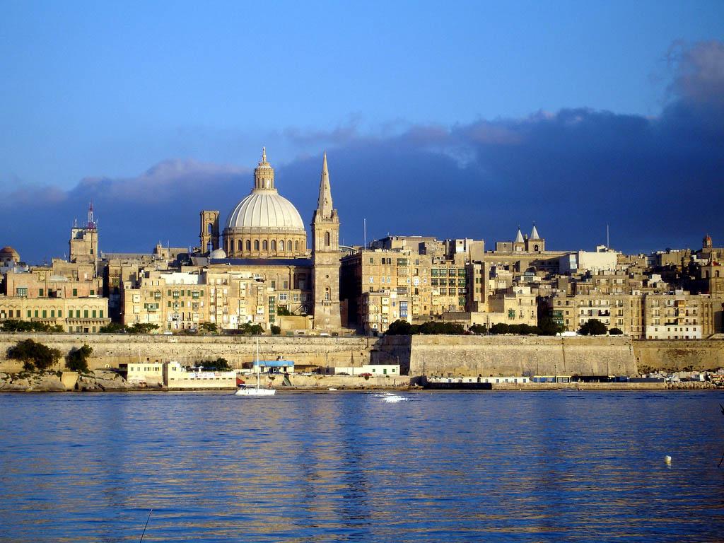 Огромный вес в стране имеет Римско-католическая церковь, в результате чего здесь возведено множество (более 360) церквей и часовен, практически все они являются оригинальными архитектурными памятниками.  Мальтийцы глубоко  верующий народ, здесь часто устраиваются религиозные празднования, с фейерверками  и выступлениями музыкантов.