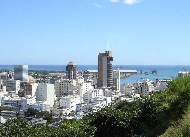 Столица государства  – город Порт-Луи (примерно 160 тысяч человек).  Государственный язык – английский. Распространены также креольский, хинди, китайский и французский языки.