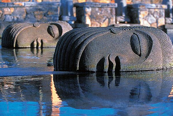 В столице государства  Порт-Луи следует посмотреть Национальный музей, собор Св. Людовика и удивительной красоты мечеть Жамах. Пагоды китайского квартала также привлекут ваше внимание. Гран Бассэн – место для паломников-индуистов. Это озеро, расположенное в кратере вулкана, и его главные святыни: статуи Шивы и Ханумана.  Интересно будет посетить Шамарель. На этом небольшом участке земли произошло смешение горных пород разных цветов.