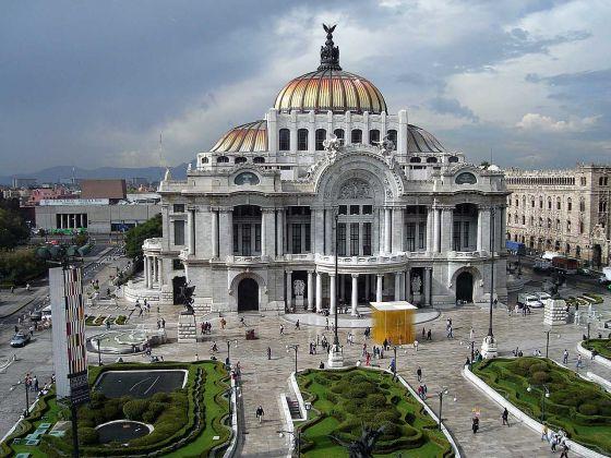 Площадь Мексики составляет приблизительно 1958201 квадратных километров. В большей части территории размещены плоскогорья, которые окружены горными цепями, а эти цепи на западе и востоке переходят в неширокие прибрежные равнины.