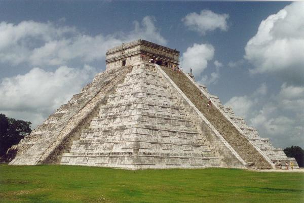 На территории Мексики в древности процветали цивилизации майя и ацтеков, но горстка испанских конкистадоров во главе с Эрнаном Кортесом застала такую лютую вражду между племенами, что сумела захватить всю страну (1517—1521), и в 1535 Мексика стала вице-королевством Новая Испания.