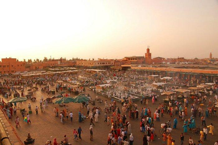 Здесь и лето жарче, и зима холоднее. Самая высокая температура, 38–40° C, зафиксирована в Марракеше. Жаркий сухой ветер (шарги), вызывающий удушливый зной, дует на побережье Марокко, достигая порой ураганной силы. В зимние месяцы, с октября по апрель, в стране идут дожди.