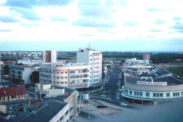 Численность населения республики превышает 18 миллионов человек. На плато Ангония и вдоль реки Замбези проживает его большая часть.  Около 80% жителей республики занято  сельским хозяйством. Более миллиона человек живет в столице Мозамбика, городе Мапуту. Другие крупные города страны - Бейра, Матола, Шаи-Шаи, Нампула и др.