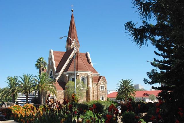67% населения Намибии занимается сельским хозяйством. Более 150 тысяч человек проживает столице -  Виндхуке. Среди других крупных городов можно выделить Уолфиш-Бей, Людериц, Цумеб и Рехобот.