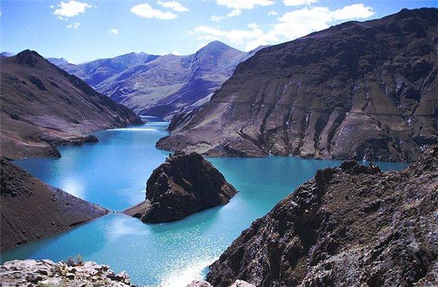 Высокие горы долгое время служили причиной изолированности страны. В Непале находятся семь из восьми самых высоких в мире вершин. В частности, достигающая 8848 м, Джомолунгма (Эверест).