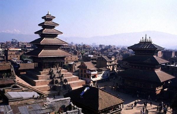 Индуизм – государственная религия Непала. К буддистам себя причисляют около 11% жителей. Часть населения исповедует ислам. Анимистическим верованиям отдают предпочтение некоторые меньшинства. Официально христианство исповедовать запрещено, поэтому  последователи этой религии образуют закрытые сообщества.