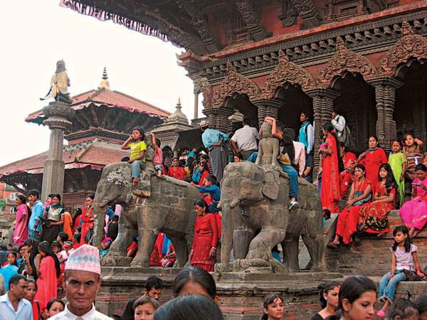 Численность населения страны превышает 27 миллионов. На 1 кв. км ее площади приходится 184 человека. Уровень рождаемости довольно высок. Средний возраст, до которого доживают жители Непала, равен 53 годам.