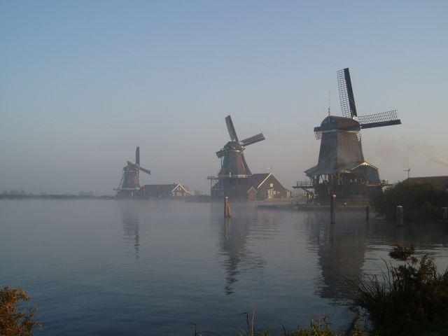 Территория, занимаемая Нидерландами, представляет собой равнину, большая ее часть расположена ниже уровня моря. В западной части (вследствие низкого положения относительно моря) есть множество каналов и морских рукавов, восточная же часть располагается чуть выше, однако превышение составляет всего пятьдесят метров.