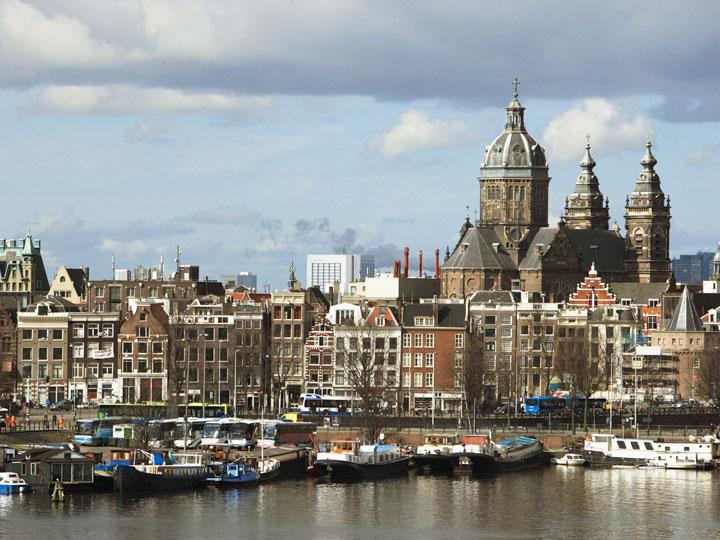 Самые большие города – Амстердам (столица, более миллиона жителей), Роттердам (более полумиллиона человек), Гаага (четыреста сорок пять тысяч жителей).