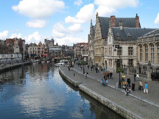 Голландия богата музеями, среди которых наибольшее внимание приковывает музей Риксмузеум, где выставлена огромная коллекция фламандской живописи (самая большая коллекция в мире), известны также музей Стеделийк (современное искусство), музей Ван Гога (почти тысяча картин мастера), музей Рембрандта.
