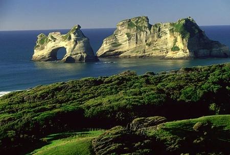 Горы и холмы занимают около 75% территории  островов. Гора Кука, достигающая 3754 м, находится на Южном Острове и является наивысшей точкой Новой Зеландии. На восточном побережье Южного Острова лежит Кентерберийская равнина. Те-Анау – крупнейшее озеро, а Клута – самая длинная река этого острова. Пролив Кука отделяет Южный остров от Северного.