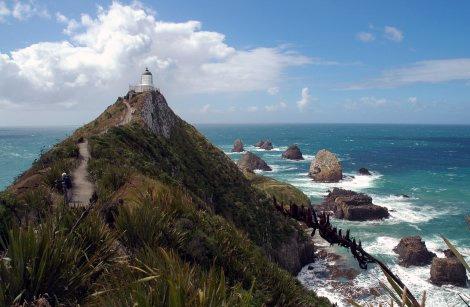 Воды Тасманового моря омывают западные берега Новой Зеландии, воды Тихого океана – восточные. Австралия, Новая Каледония, Фиджи, Чили, Тонга и Антарктида – ближайшие соседи государства.