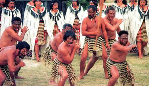 Около 3/4 населения Новой Зеландии, общая  численность которого превышает 4,2 миллиона, сосредоточено на Северном острове. На 1 кв. км площади страны приходится 13 человек. Уровень рождаемости довольно высок. Около 22%  населения составляют лица моложе 15 лет. Средний возраст, до которого доживают жители страны, равен 73 годам. Однако здесь можно встретить около полусотни  человек, перешагнувших столетний рубеж.