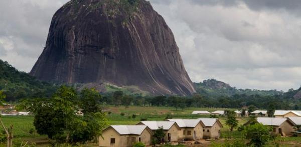 Гора Фогель (Димланд), достигающая в высоту 2042 м, считается самой высокой точкой страны. Нигер, давший название всей стране, является крупнейшей рекой Нигерии. Гонгола, Бенуэ – Сокото и Кадуна – его притоки.