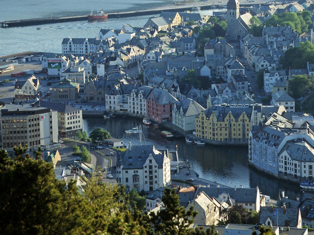 Города, являющиеся самыми большими это: Осло - столица, около полумиллиона человек, Берген  - более двухсот тысяч человек, Трон-дхейм  - почти полторы тысячи человек и  Ставангер, с населением чуть более ста тысяч человек.
