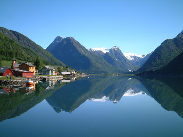 Климат в Норвегии неоднородный, на севере - это арктический, а на юге - более теплый климатический пояс. В Норвегии можно увидеть и полярный день, и полярную ночь.