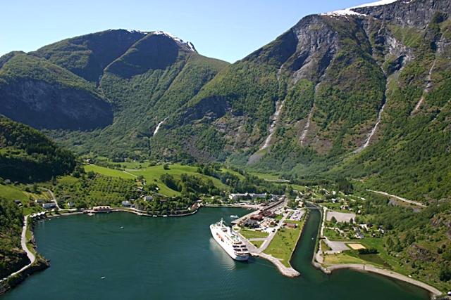 Считается, что заселение территории нынешней Норвегии началось с юга на север. Первые норвежские государственные образования не были сплоченными, каждое из них имело своего ярла (короля). И, конечно же, история Норвегии неразрывно связана с викингами.