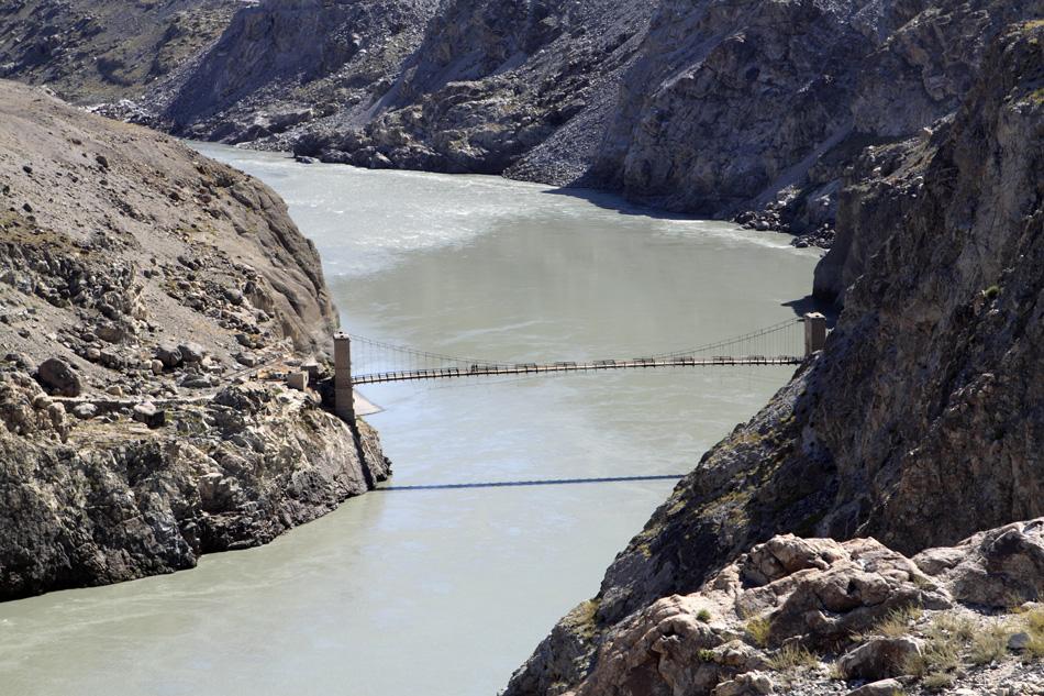 Река Инд делит Пакистан на два больших региона. В восточной части находится плоская Индская равнина, в западной лежат горы и плато Белуджистана, обрамляющие Иранское нагорье.