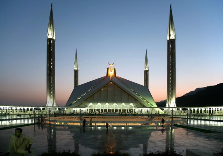 Столицей страны ранее были такие крупные города Пакистана, как Карачи и Равалпинди. Сегодня ею является Исламабад.