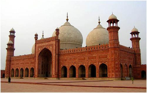 Ислам – государственная религия Пакистана. Среди мусульман страны преобладают сунниты. На долю шиитов приходится около 20%. Кадияни, составляющие секту ахмадие, составляют 4% населения. В стране проживают приверженцы буддизма, христианства, индуизма, а также представители общины парсо-зороастрийцев.