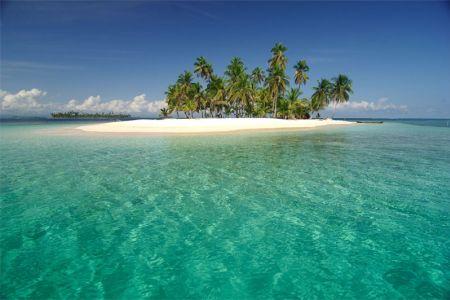 В тропическом климате растут тропические же леса. Они занимают весь берег Карибского моря, а также фрагмент государства, лежащий на востоке. Но не только деревья можно встретить, находясь в гостях у панамцев. Здесь есть более двух тысяч видов тропической флоры. Немного беднее флора у берегов Тихого океана. Если же говорить о фауне, то нельзя не упомянуть таких интересных животных, как броненосец, олень, аллигатор, пума и многие-многие другие. К тому же, огромное разнообразие тропических птиц просто поражает воображение.