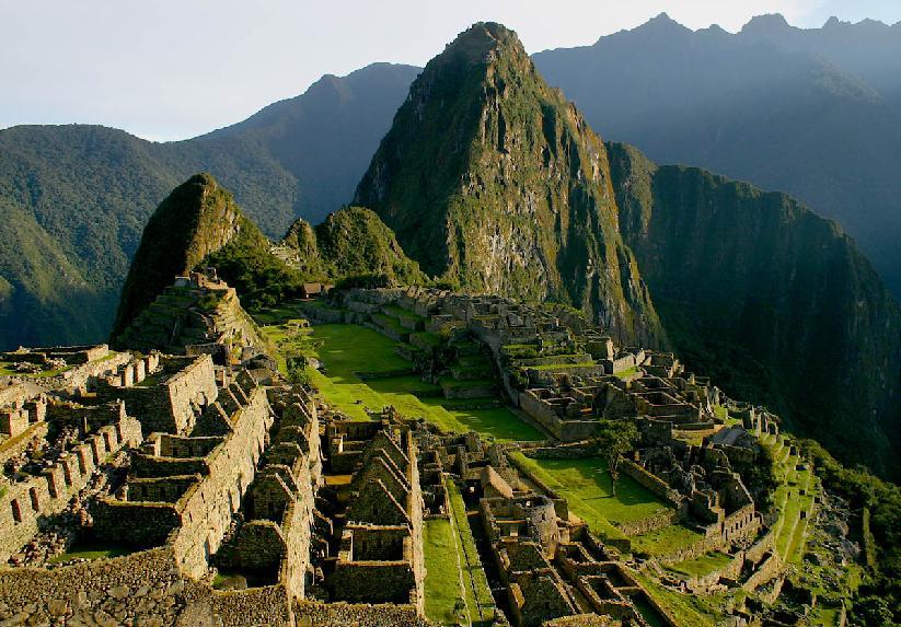 География разделила Перу на три региона -  прибрежная равнина, сиерра и монтака. Прибрежная равнина – это довольно засушливая территория, но как раз здесь и расположено большинство городов страны. Сиера – это горный район, расположенный к востоку от равнин и представлен Восточными Кордильерами, как главным хребтом (с наивысшей точкой горой Уаскаран - 6768 м над уровнем моря). На северо-востоке сиерра плавно перетекает в тропическую долину – монтака, покрытую густыми джунглями.