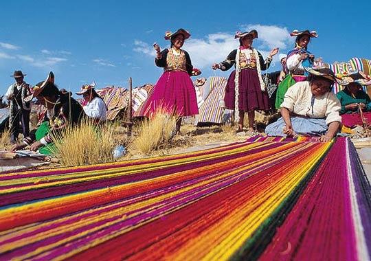 Численность населения Перу (по оценкам 2003 г.) составляет 28,40 миллионов человек.  Продолжительность жизни у женщин - примерно семьдесят три года, а у мужчин – шестьдесят восемь. Около пятидесяти процентов населения страны  - индейцы кечуа и аймара, остальные — испаноговорящие перуанцы.