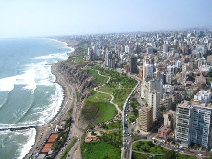 В прибрежной зоне, составляющей лишь одиннадцать процентов территории страны, проживает шестьдесят процентов населения Перу. Город Лима является столицей страны.