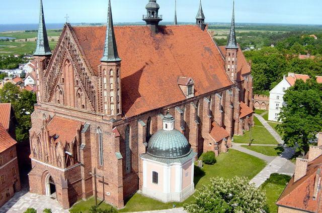 На территории Польши расположено большое количество исторических памятников. Старые части крупных польских городов полны разнообразными соборами необыкновенной красоты, остатками крепостных стен и  ратушами.