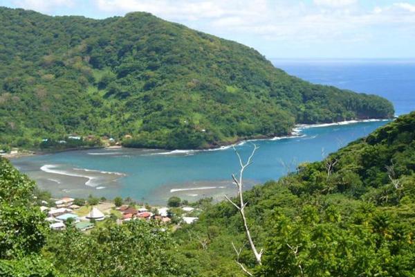 Юго-восточные пассаты значительно смягчают морской тропический климат Американского Самоа.  С ноября по март длится дождливый сезон. Тропические циклоны часто свирепствуют на островах в это время. Количество осадков, выпадающих за год, составляет 3000—4000 мм. С апреля по октябрь продолжается зимний, сухой сезон. В декабре столбик термометра поднимается до отметки в +32°C., в июле - до +24°C.