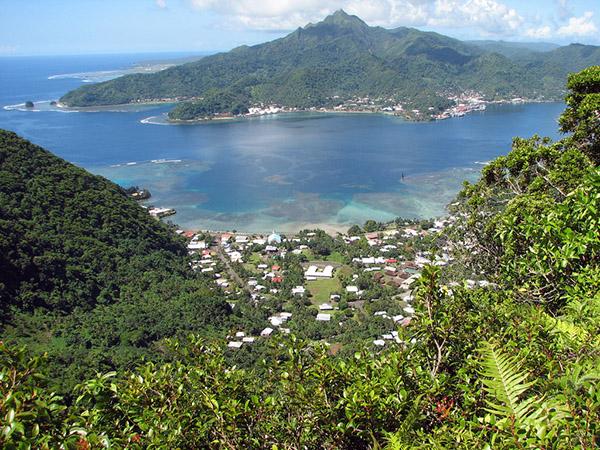 На одном из крупнейших островов архипелага, о. Тутуила, расположена столица Американского Самоа - Паго-Паго. На острове Роуз поселений нет, он необитаем. В частном владении находится территория острова Суэйнс.