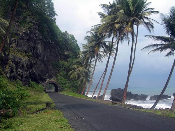 Происхождение островов – вулканическое. 2/3 территории острова Сан-Томе занимают горы. На западе расположены прибрежные равнины. Пику-де-Сан-Томе, высотой в 2024 м, считается самой высокой точкой острова. Ио-Гранде и  Агуа-Гранде  - крупнейшие реки о. Сан-Томе.