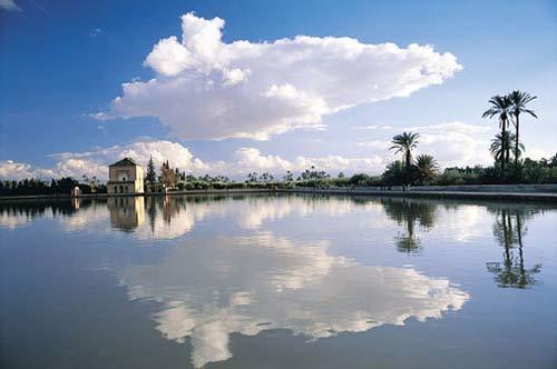 Общее количество жителей Сенегала достигает 13 миллионов человек, и 50 приходится на ее 1 кв. км. Несмотря на то, что в стране очень высокий показатель детской смертности, дети до 14-ти лет составляют ее основное население. 57 лет – такова  здесь средняя продолжительность жизни, до 65 лет доживают немногие.