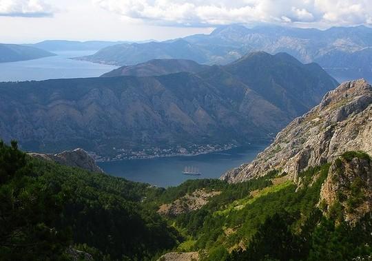 Географически, страна представляет собой лоскутное одеяло - равнины, расположенные в северной части страны, сменяются песчаными холмами на востоке, а чуть южнее начинаются горы. Наиболее важные реки в Сербии - это Дунай, Сава, Морава и Драва, а ближе к Черногории и Албании располагается озеро Шкодер (самое большое озеро страны). Климат страны неоднороден.