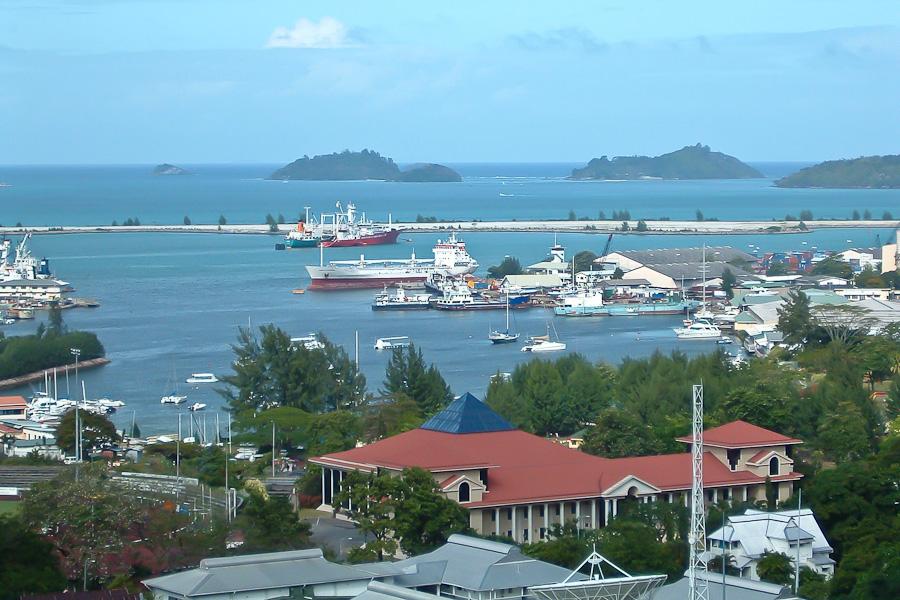 На острове Маэ живет почти 90% населения страны, которое по численности превышает 80000 человек. На 1 кв. км государства приходится 180 жителей. В стране довольно высокий показатель средней продолжительности жизни – 77 лет. Половина жителей предпочитает жить в городах. В столице государства - Виктории, их около 36 тысяч. Среди других крупных городов надо выделить Анс-Роял и Анс-Буало, в которых количество жителей достигает четырех тысяч.