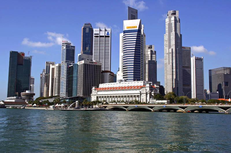 Численность населения страны превышает 4,5 миллиона. На 1 кв. км ее площади приходится более шести тысяч человек. По плотности населения Сингапуру принадлежит второе место в мире. На юге острова Сингапур сосредоточена основная масса населения страны.