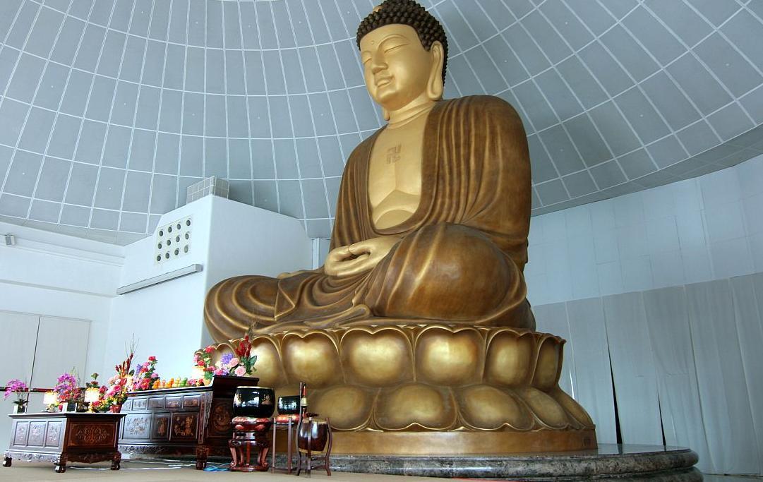 В Сингапуре государством гарантирована свобода вероисповедания. Буддизм исповедуют около 40% населения. Конфуцианство, даосизм, древний анимизм и буддизм сочетаются в традиционных верованиях китайцев. Много малайцев-мусульман. Среди представителей других народов также встречаются приверженцы ислама.