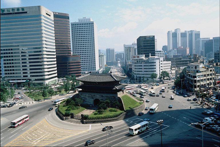 Городское население составляет около 75%. Статус особого города присвоен Сеулу, столице страны. В нем проживает более 10 миллионов жителей. Кванджу, Инчхон, Тэгу, Пусан, Тэджон и Ульсан признаны городами прямого подчинения.