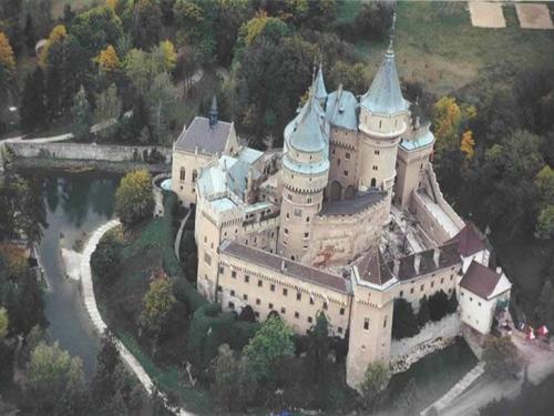 Вплоть до новейшей истории, а именно до 1918 года, Словакия была составной частью Австро-Венгрии, а с ее распадом образовалось Чехословацкое государство. С недавних пор, после раздела бывшей Чехословацкой ССР, Словакия отделилась в самостоятельное и независимое государство.