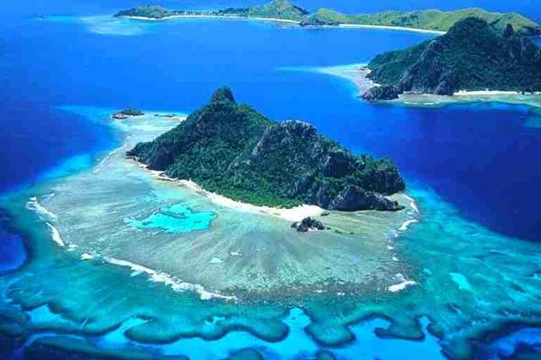 Часть островов  является  коралловыми атоллами. Мощный подводный хребет служит основанием вулканическим Соломоновым островам. Рельеф их, в основном, гористый. Встречаются как потухшие, так и действующие вулканы. В высоту они могут достигать 2000 м. Узкие низменности тянутся полосой вдоль береговой линии островов. Гора Макаракомбуру находится на острове Гуадалканал и является  высочайшей точкой страны. Коралловые рифы окаймляют острова. Многочисленные реки больших островов короткие и полноводные. Озер почти нет.