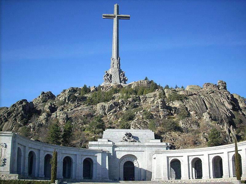 Государство представляет конституционную монархию с королём Хуаном Карлосом I и премьер-министром Хосе-Марией Аснар во главе правительства.