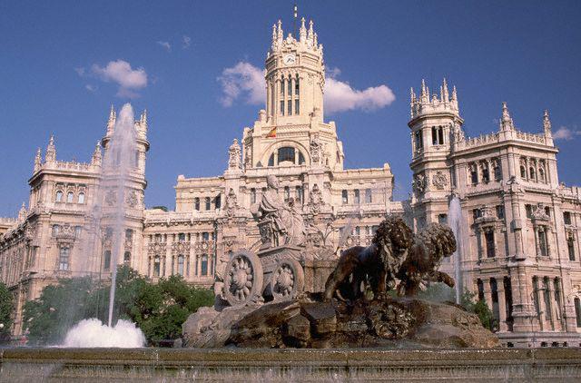 Кроме этого, примечательны и шедевры испанской архитектуры, такие как королевский дворец в Мадриде, парк Буэно-Петиро. Многочисленные религиозные строения: церковь Сан-Франсиско-эль-Гранде, монастырь Эль-Эспираль, синагога Эль-Транзито, церковь Санто-Томе. Кроме того, большой интерес у туристов вызывают такие места как площадь Плаза-де-Зоко, Пальма-де-Мальорка – собор, также церковь Сан-Франсиско.